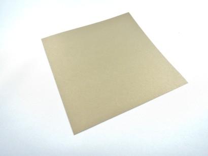 Ihr braucht 48 quadratische Blätter, am schönsten in Weihnachtsfarben. Das Papier, das man zum Basteln von Bascetta-Sternen kaufen kann, eignet sich bestens. Aber natürlich könnt ihr auch einfach selbst Quadrate aus jedem beliebigen anderen Papier schneiden.