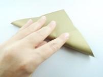 Nun das Blatt zu einem Dreieck falten. Öffnen und die beiden anderen Spitzen aufeinanderfalten.Öffnen.