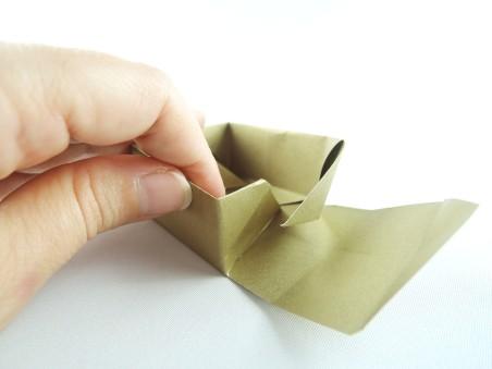"""Die entstandenen """"Flügel nach innen falten und schon könnt ihr die Kästchenform erahnen."""