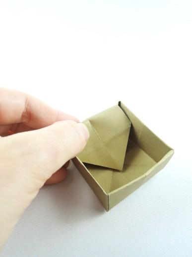 ...und zwar so, dass die Spitzen sich auf dem Boden des Kästchen in der Mitte treffen. Ihr könnt die Spitzen vorher mit etwas Kleber versehen, damit sie noch sicherer halten. Je fester das Papier ist, desto einfach halten die Wände aber auch so.