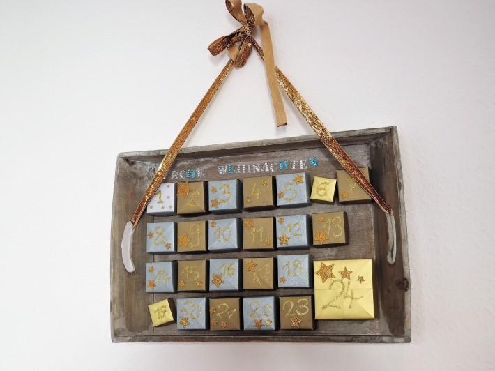 Mit einem goldenen Band kann man das auch aufhängen, mir gefällt es aber besser, wenn es einfach wie ein Tablett auf dem Tisch steht - oder allenfalls noch an die Wand gelehnt wird.