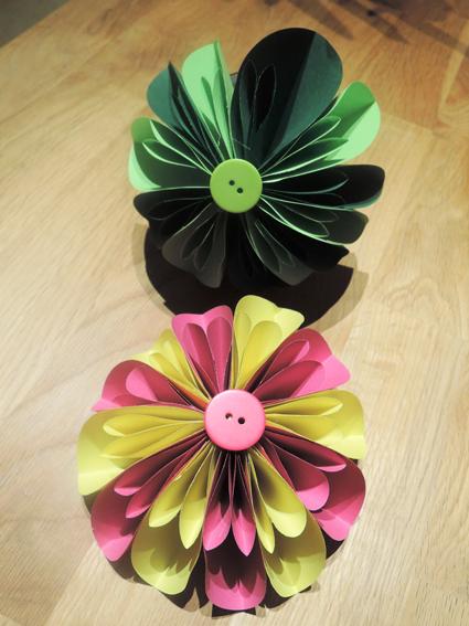 fleurogami bl ten aus rundem papier eine t te gl ck. Black Bedroom Furniture Sets. Home Design Ideas